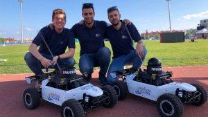 Els tres estudiants que han creat el vehicle elèctric pels Jocs