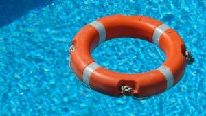 Herido muy grave un hombre al golpearse contra el fondo de su piscina tras tirarse de cabeza