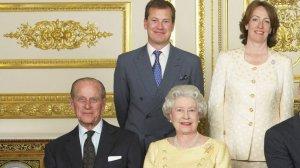Ivar Mountbatten junto a la reina Isabel II y el Duque de Edimburgo