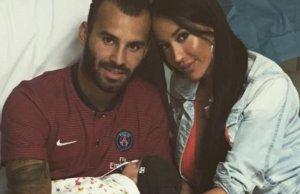 Jesé Rodríguez y Aurah Ruíz junto a su bebé.