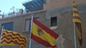 La bandera espanyola, amb l'escut, totalment al revés