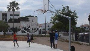 La pista compta amb cistelles de bàsquet, porteries i una pista de petanca.
