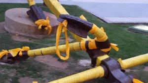 L'àncora de Cal Bofill, a Torredembarra, de groc.