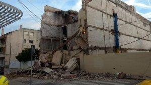 L'edifici que s'ha esfondrat és un antic hotal situat al carrer de l'Església de Pineda de Mar