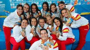 L'equip femení de waterpolo posa amb la medalla d'or