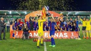 Les jugadores del Barça alçant la Copa amb Rubiales al fons