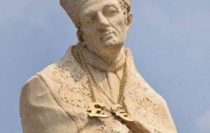 L'estàtua, amb el collar que algú li ha posat