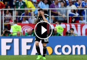 Lionel Messi es posa les mans al cap durant el partit davant Islàndia.