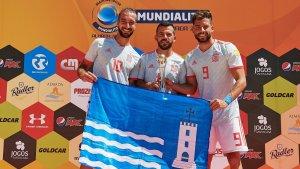 Llorenç Gómez, Adrian Frutos i Edu Suárez posen amb el trofeu de subcampions i la bandera de Torredembarra