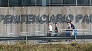 Los 3 miembros de 'La Manada' a su salida del centro penitenciario de Pamplona
