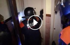 Moment de l'entrada d'agents de l'ARRO dels Mossos a un dels pisos dels detinguts.