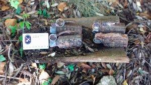 Pla detall de les quatre granades de mà de la Guerra Civil localitzades al costat d'un mas a Mont-ral.