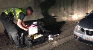 Pla general d'un agent de la Guàrdia Civil revisant el material decomissat