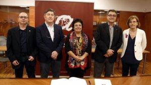 Pla obert de la rectora de la URV, María José Figueras, i el seu predecessor, Josep Anton Ferré, en una foto de família amb la nova secretària general i el secretari sortint.