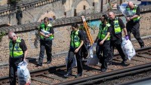 Policías de Londres con pruebas del suceso.