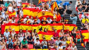 Públic amb banderes espanyoles a la inauguració dels Jocs