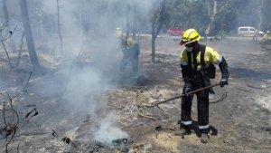 Un bomber treballant en l'incendi de Llagostera.