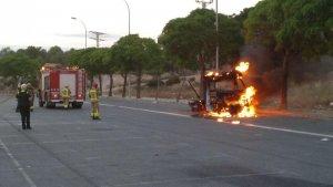 Un vehicle s'ha incendiat en un pàrquing de les Gavarres de Tarragona