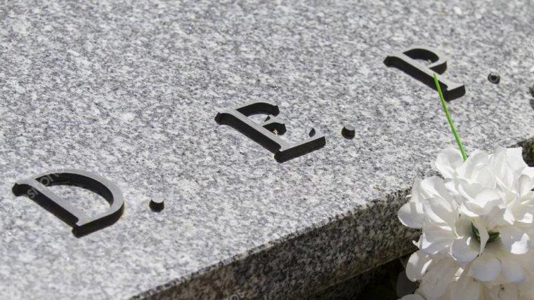 Detalle de la lápida de un cementerio