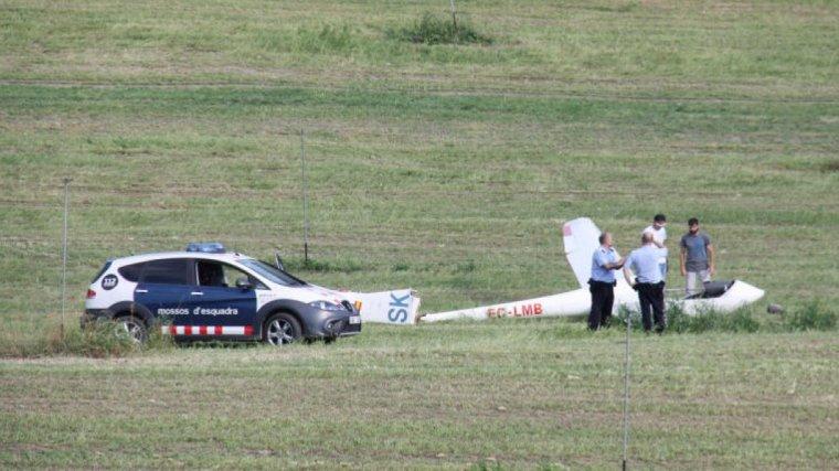 Els Mossos d'Esquadra, al costat del planador instants després de la caiguda
