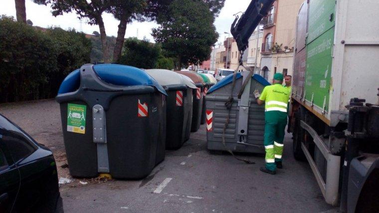 Imatge d'arxiu d'uns contenidors de brossa a Sabadell