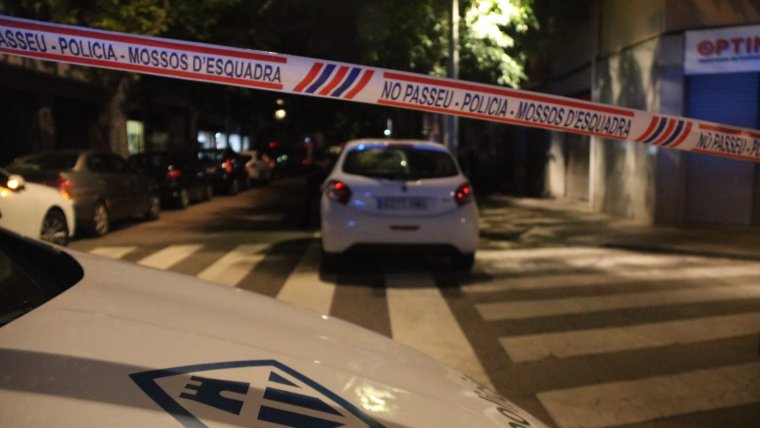 Imatge del carrer dels fets, amb vehicles dels Mossos i de la policia de Vilanova i la Geltrú.