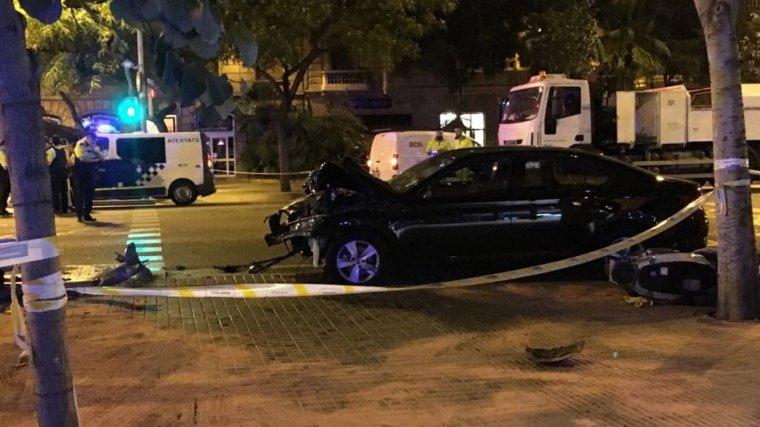 Imatge del vehicle que ha atropellat, presumptament, una jove la passada matinada a Barcelona