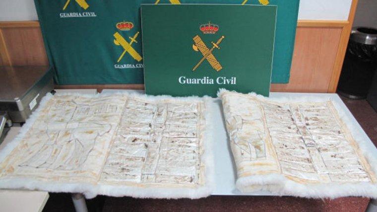 La cocaïna es trobava amagada en planxes ocultes a l'interior de catifes que portava a la maleta