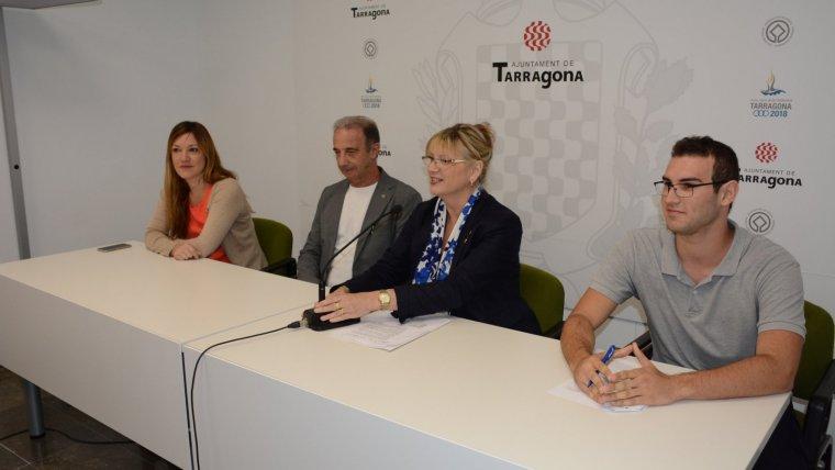 La dinamitzadora de la Via T, Judit Sentis; el director de l'Institut Vidal i Barraquer, Narcís Castanedo; la consellera de Comerç, Elvira Ferrando, i l'estudiant Alexis Balada.