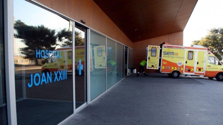 Imatge d'arxiu d'una ambulància a les Urgències de l'Hospital Joan XXIII.