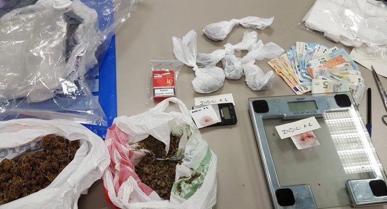 Pla de detall de la droga localitzada pels Mossos d'Esquadra a l'interior d'un habitatge i un cotxe a la Seu d'Urgell