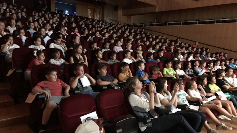 Uns 250 joves han acudit al Casal Riudomenc de Riudoms per escoltar els projectes dels seus companys.
