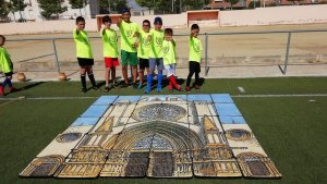 Cada setmana, els nens del Tarragona fan una activitat cultural. A la imatge, amb un puzle gegant que va prestar MiniTarraco