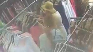 Captura de pantalla de les dues dones cometent un furt.