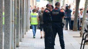 Dos agents dels Mossos d'Esquadra davant del domicili de Vilanova on va tenir lloc el terrible crim