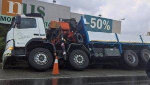 El camió accidentat a l'N-340