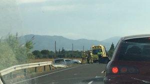El cotxe accidentat i els vehicles d'emergències.