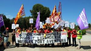 El personal de neteja de l'empresa Claro Sol de PortAventura, durant la mobilització d'avui