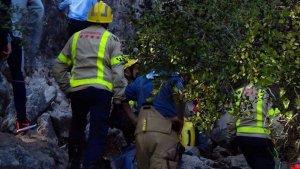 Els bombers han acudit al lloc de l'accident per rescatar a la víctima