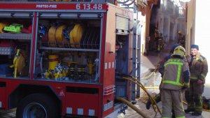 Els bombers treballant en les tasques d'extinció de l'incendi.