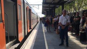 Els viatgers del tren en direcció Barcelona han baixat del comboi i esperaran un altre tren