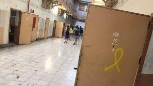 En algunes cel·les, obertes de bat a bat, s'hi poden veure llaços grocs pintats amb esprai