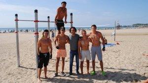Grup de joves davant de les noves instal·lacions a la platja de la Pineda