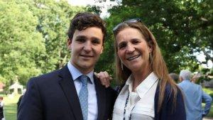 Imagen de Froilán con su madre durante su graduación.