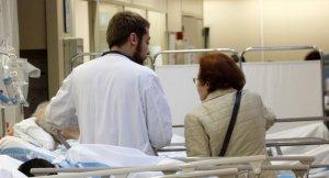 Imatge d'arxiu d'un facultatiu atenent un pacient en un hospital de l'ICS
