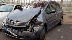 Imatge del cotxe contra el qual s'ha encastat el fugitiu a l'Avinguda Marquès de Montoliu.