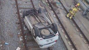 Imatge del cotxe que ha caigut a les vies