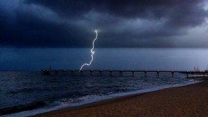 La forta tempesta matinal de Barcelona ha anat acompanyada de llamps i trons
