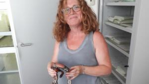 La propietària de la serp amb ella després de recuperar-la.
