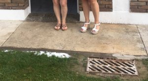 La vocal de Sucs Laura Berenguer visitant les inundacions als vestuaris de les piscines de Sucs.